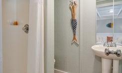 TH07: The Blue Marlin - Bathroom